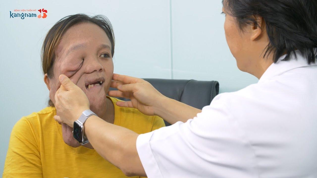 Dr. Richard Huy khích lệ tinh thần cho Út Hương trước khi phẫu thuật