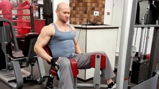 Сведения ног сидя в тренажере для тренировки внутренней поверхности бедер