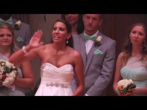 Ο γαμπρός βλέπει τη νύφη να φεύγει, και μένει άναυδος. Τώρα, κοιτάξτε καλά τα χέρια της!