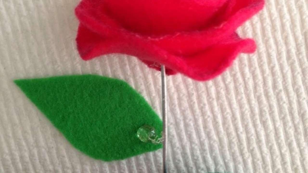 Crea una semplice rosa di feltro fai da te creazioni for Fai da te creazioni