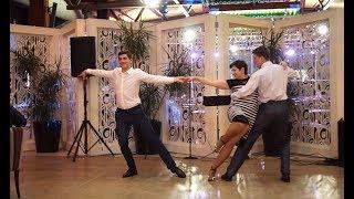 Танец мамы с сыновьями, - лучший танец на юбилей !