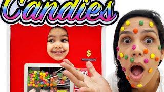 Brincando de Vending Machine | Clara Derruba Balas na Mãe e Faz Dinheiro para Brincar no Playground