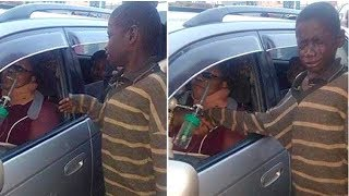 Obdachloser Junge bettelte an einem Auto, doch als er reinsah flossen ihm die Tränen