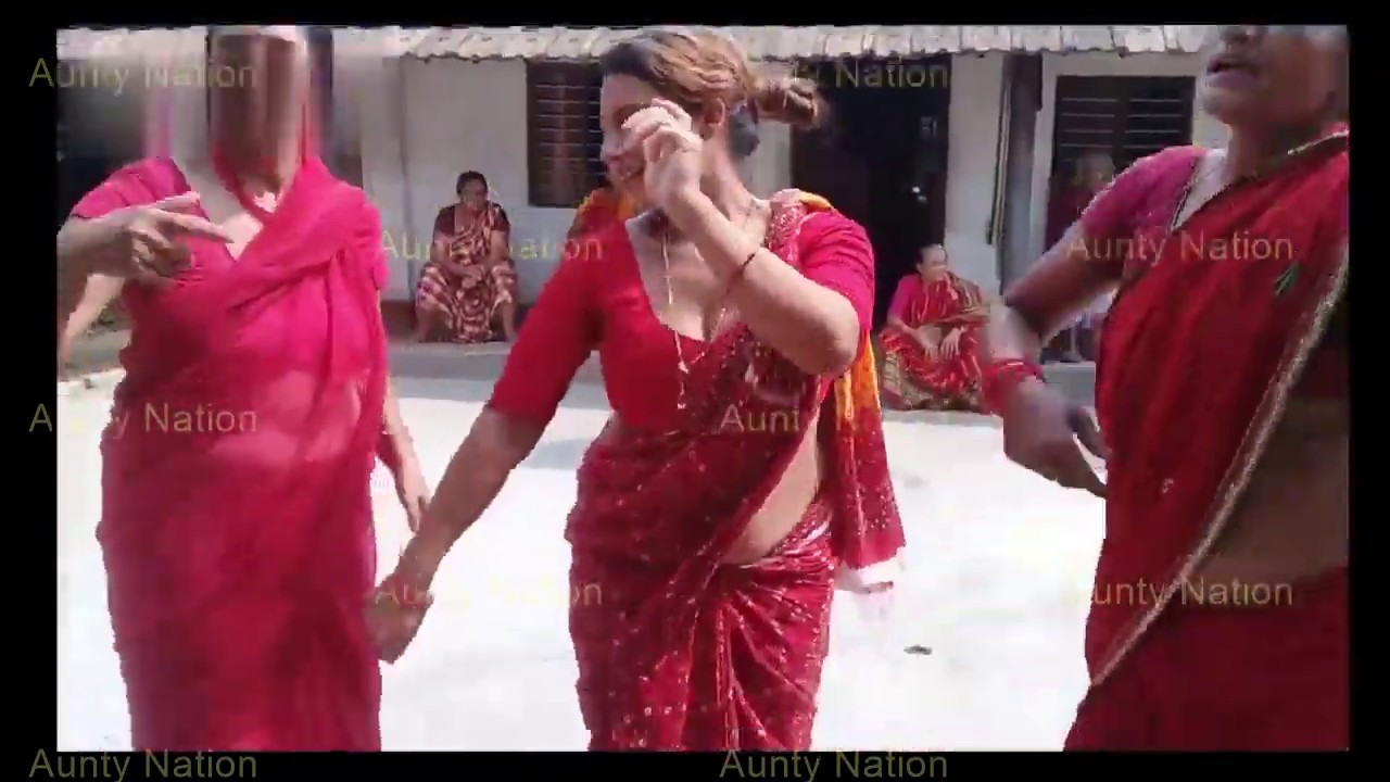 Download Deep navel hot saree aunty dancing