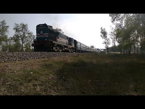 15068 LokmanyaTilakTerminus-Gorakhpur Express departing Balrampur Railway Station