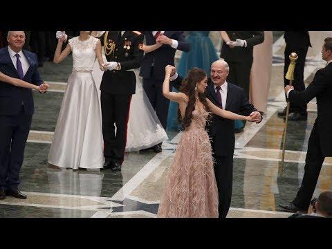 Александр Лукашенко станцевал вальс с «Мисс Беларусь» на новогоднем балу во Дворце Независимости