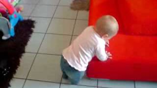 Bébé de 8 mois qui danse ! A voir absolument ! thumbnail