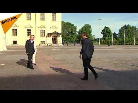 Un bouquet pour Brigitte: Poutine offre des fleurs à Mme Macron