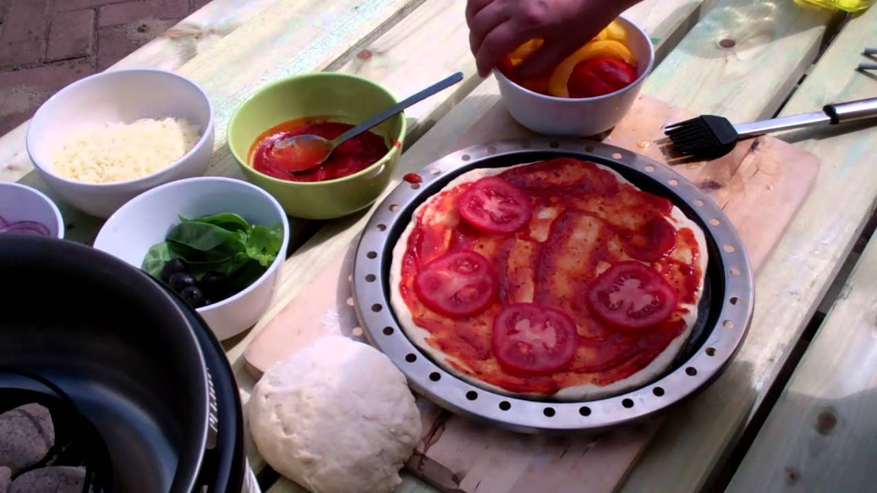 Pizza bakken op de cobb pizzaoven youtube for Pizza bakken op tafel