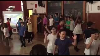 Italian Kids singing Persian song (خوشحال و شاد و خندانم)