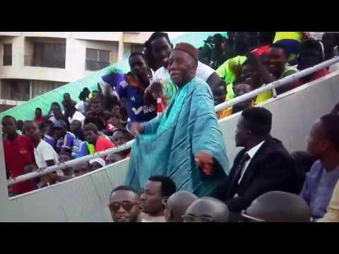 A mourir de rire le vieux danseur Abdou baba ly  au stade