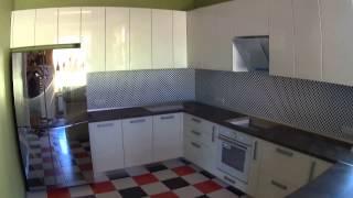 угловая кухня с барной стойкой(Угловая кухня с барной стойкой, кухня с витриной, фасады из крашеного МДФ, подробнее: http://amado.in.ua/p111394931-uglovaya-kuh..., 2015-07-08T13:23:53.000Z)