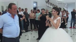 პატარძალი უმღერის მშობლებს ქორწილში. patarzali umgeris mshoblebs qorwilshi.