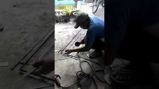 1. Cara Membuat Tralis Besi Pengaman Jendela Sederhana MinimaliMenggunakan mesin Las Lakoni