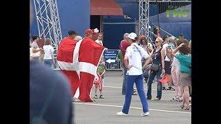 Красно-белые и зелено-золотые. Самарская фанзона окрасилась в цвета сборных Дании и Австралии