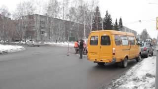 Ремонтируют канализационный колодец в центре Бердска(, 2015-12-10T03:48:25.000Z)