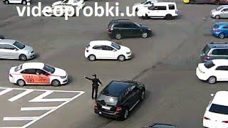 Новая патрульная служба в Киеве(Сегодня утром полицейские на площади Победы регулировали движение транспорта вручную, без жезлов. Это..., 2015-07-06T12:13:17.000Z)
