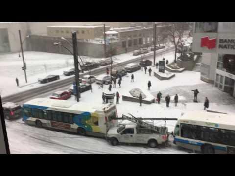 resbalosa pista de hielo hace chocar vehiculos en canada