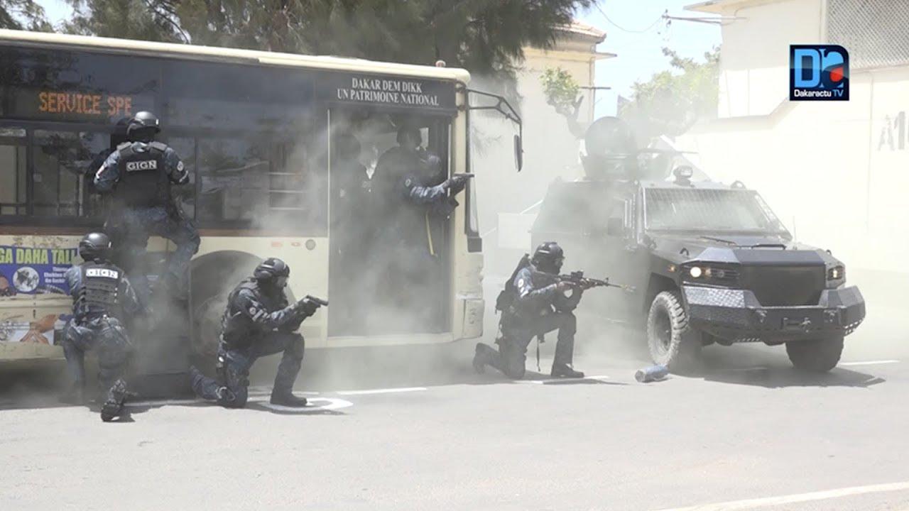 Exercice: la gendarmerie à l'assaut de preneurs d'otages dans un bus DDD