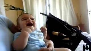 Bebê fofo dando gargalhada