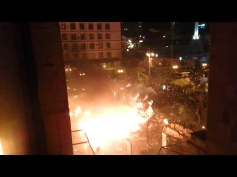 Un transport blindé prend feu en Ukraine