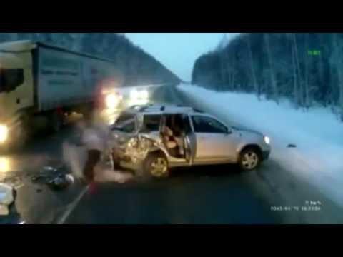 Đứa trẻ thoát chết sau khi văng khỏi xe