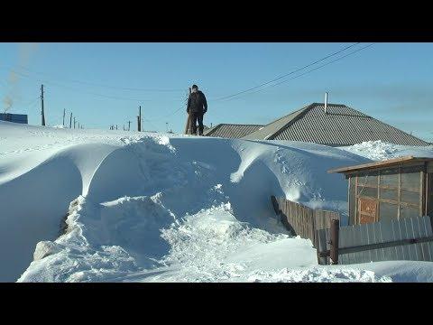 Целую улицу в алтайском селе под крыши занесло снегом