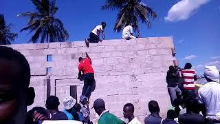 Watu wambanda ukuta kwenye msiba wa Sam waukweli