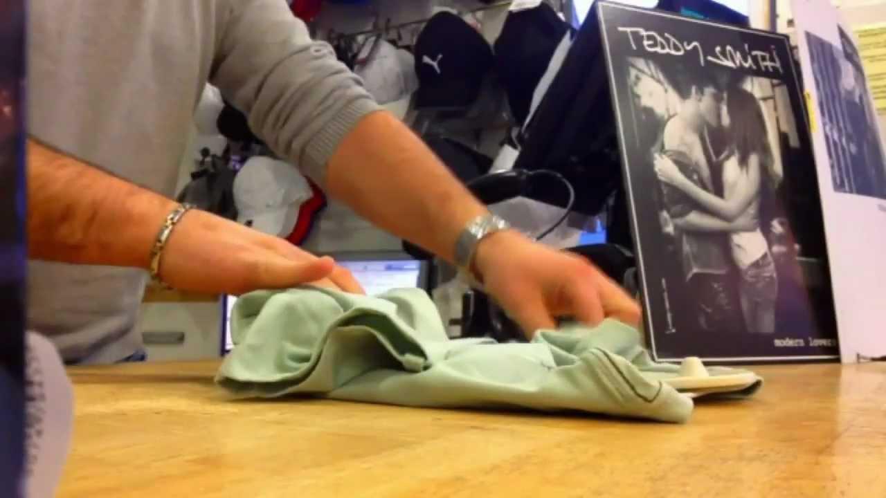Comment plier un t shirt en 5 youtube - Comment plier un t shirt ...