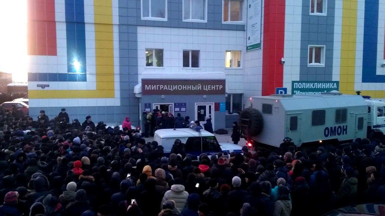 ОМОН при помощи спецсредств разогнал толпу мигрантов в Томске