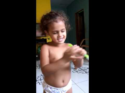 Luiza da Silva canta