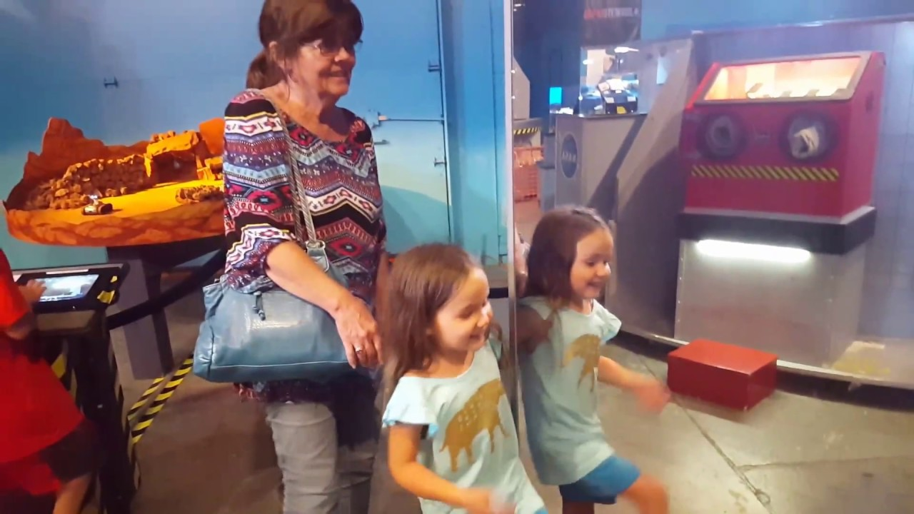 special effects using the mirrors at discovery science place in
