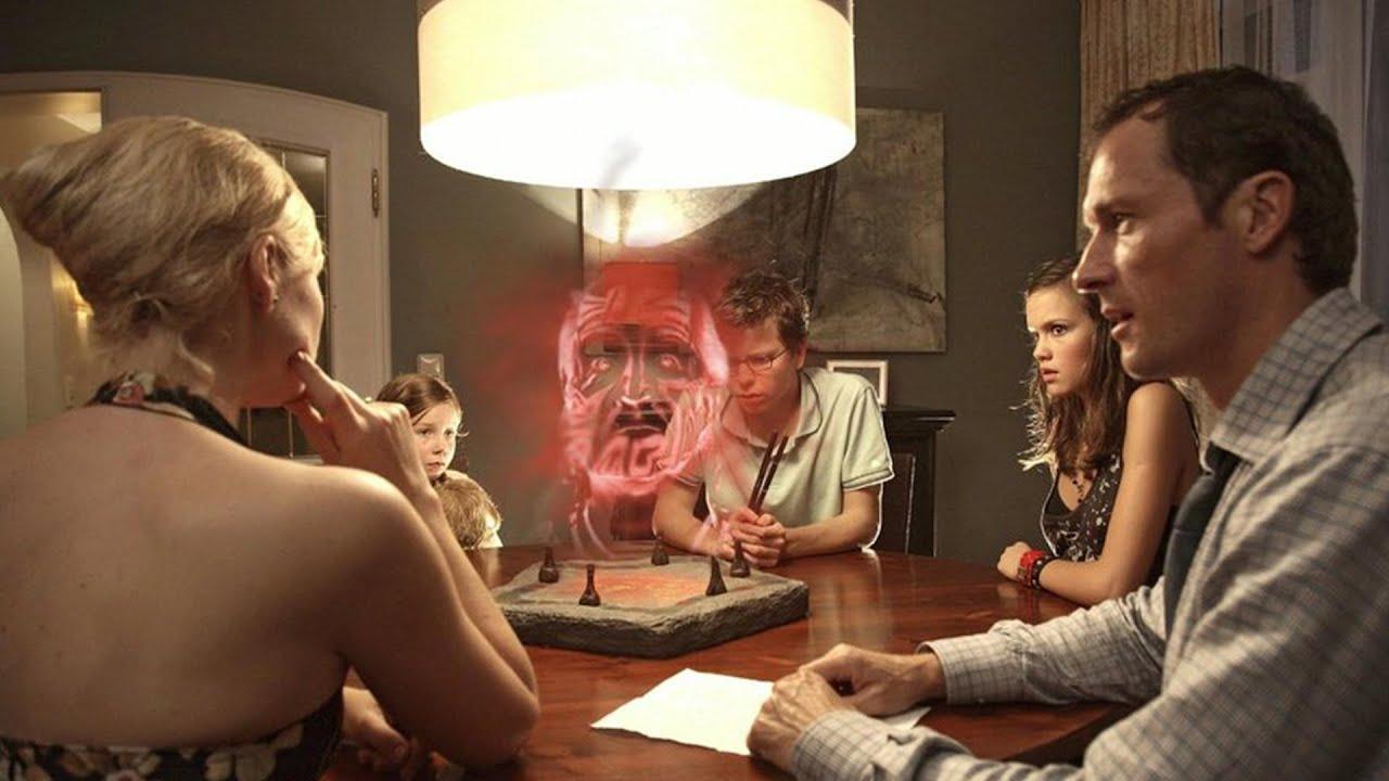 【穷电影】一家人得到个游戏石盘,本想试玩,哪料惊动远古存在被逼玩恐怖游戏