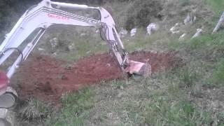 Desplazamiento de tierras para nivelado de terreno en Donostia con excavadora