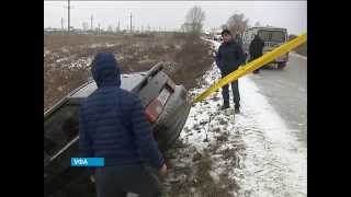 Смотреть видео Гололед стал причиной аварии на дороге в Житомире