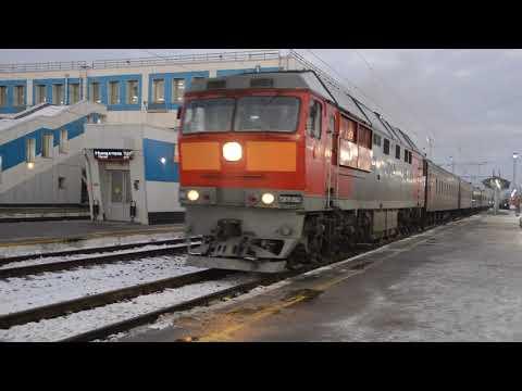 Тепловоз ТЭП70-0563 с пригородным поездом Киров-Луза