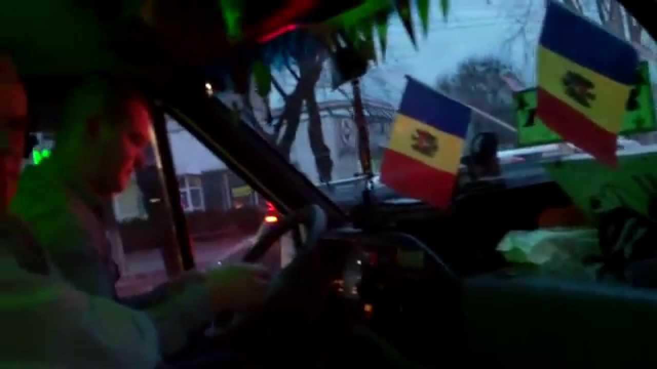 Șofer de microbuz interurban, nu dă bilete și vorbește la telefon