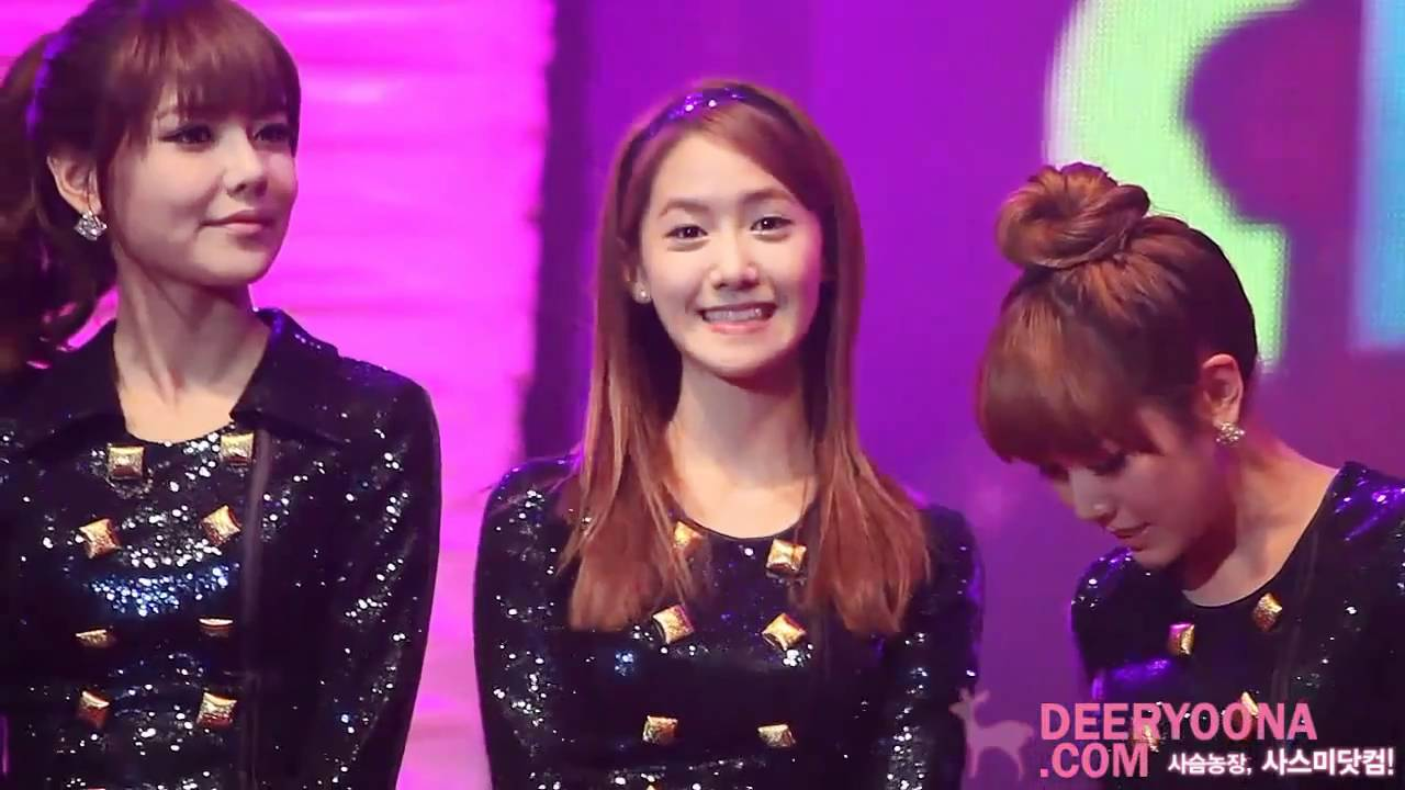( FANCAM ) 101217 SNSD YOONA LOOKS AT YOU - LOTTE CONCERT