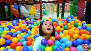 Serunya bermain sambil mengenal warna dan Videoin mamah susun bola warna-warni LUCU Deh