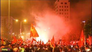 Việt Nam vô địch AFF Cup 2018 - CĐV đi bão | Hà Nội nhuộm đỏ với cờ và pháo sáng