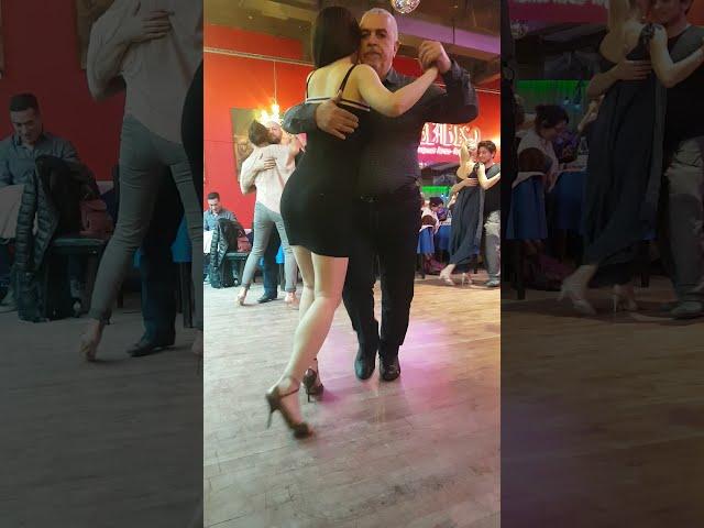 Pasos y abrazo de tango en la pista de la milonga, baile de tango social Buenos Aires