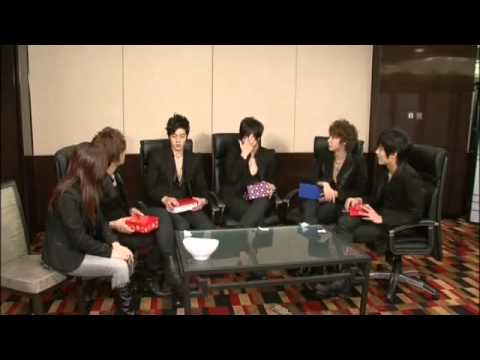[eng] SS501 exchanging gift during interview