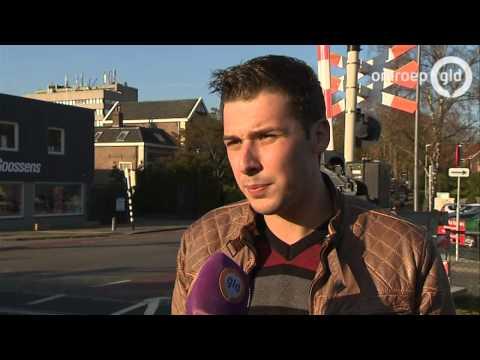 Held redt vrouw op spoor in Velp: nog maar net van het spoor toen trein voorbij sjeesde