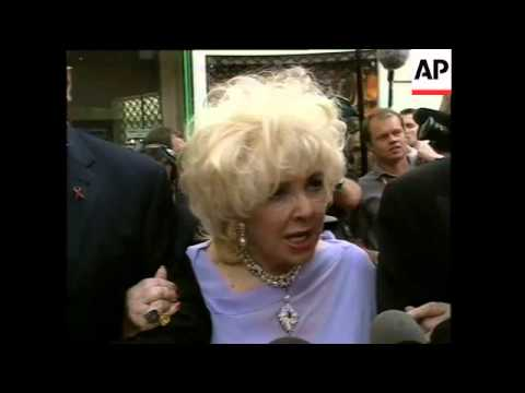 Elizabeth Taylor gives interview, but ends up shouting