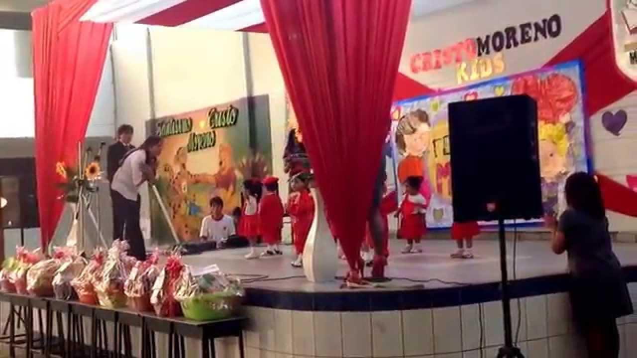 Primera experiencia de lupita en el escenario actuaci n for Decoracion para pared dia de la madre