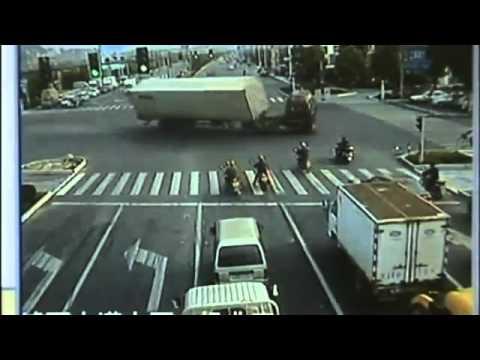 Clip thoát chết khỏi xe container trong tích tắc.flv
