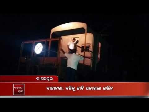 Goods train travel 2 km leaving 5 wagons behind   Sanket Tv