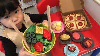 お肉だけ食べて好き嫌いしちゃダメ!ママのためにおいしいサラダを作ろう!お料理ごっこ Slice & Toss Salad Set Cooking Toy