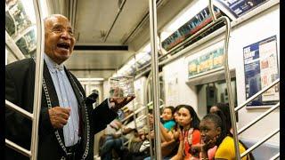 La magia de Olmedini entretiene en el metro de Nueva York
