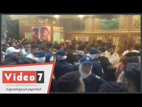 الشرطة النسائية تستخدم صاعق كهربائى لتنظيم الدخول أمام سينمات وسط البلد  - 22:22-2018 / 6 / 15